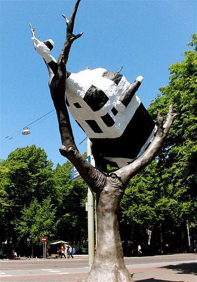 Down Under hier uitgebeeld door een koe ondersteboven in een boom