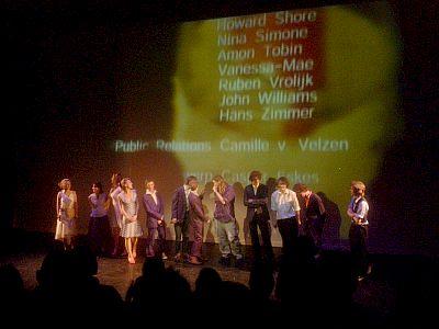 de complete cast en crew voor de aftiteling op het toneel
