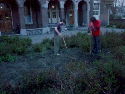 de spade in de grond voor een groentetuin aan de Laan van Meerdervoort