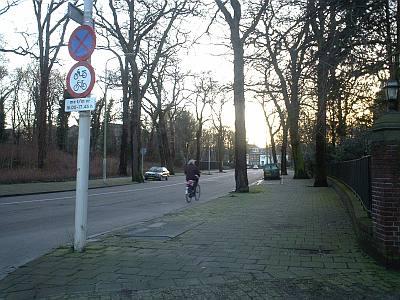 duidelijk is de brede stoep te zien waar ruimte is voor een fietspad